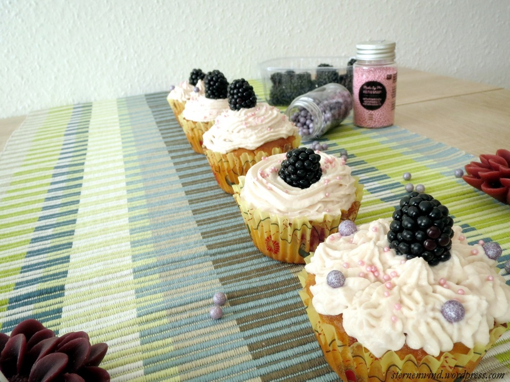 Rezept: Brombeercupcakes mit weißer Schokolade und Erdbeerfrosting (1/6)