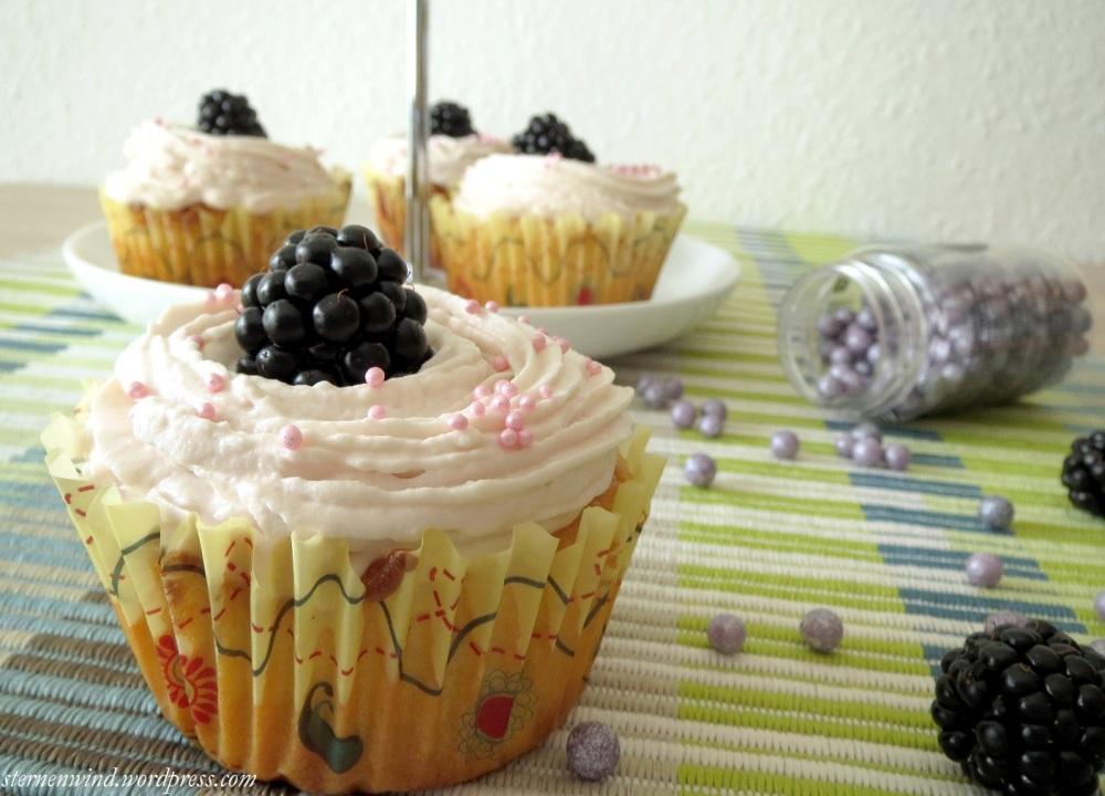 Rezept: Brombeercupcakes mit weißer Schokolade und Erdbeerfrosting (2/6)
