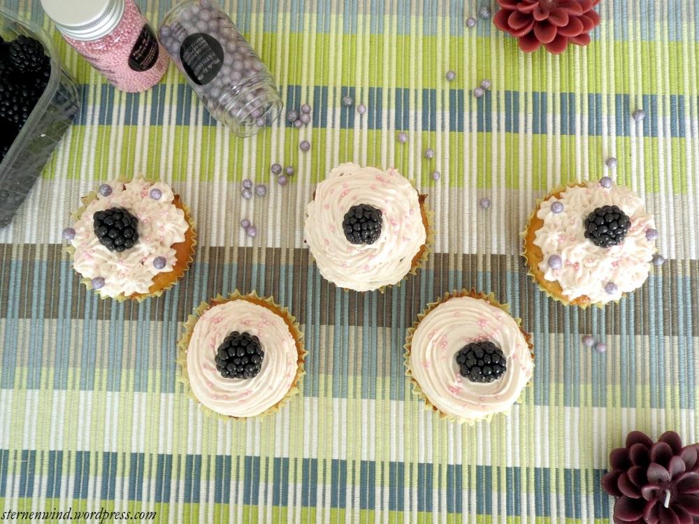 Rezept: Brombeercupcakes mit weißer Schokolade und Erdbeerfrosting (3/6)