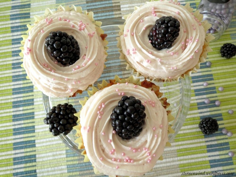 Rezept: Brombeercupcakes mit weißer Schokolade und Erdbeerfrosting (5/6)