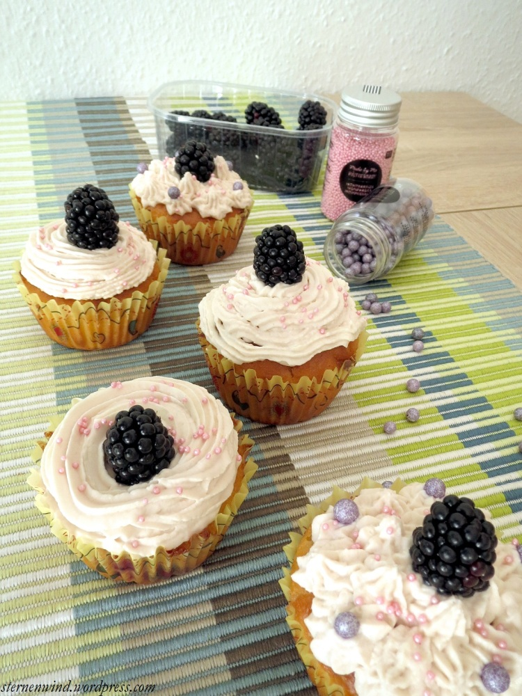 Rezept: Brombeercupcakes mit weißer Schokolade und Erdbeerfrosting (6/6)