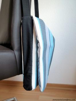 blaue Tasche von der Seite