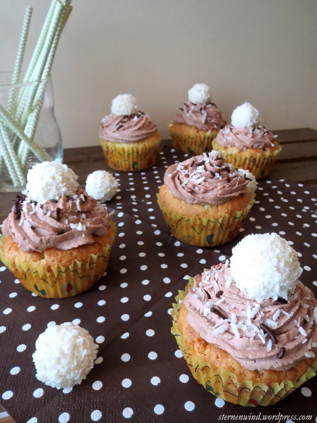 rezept raffaello cupcakes mit wei er schokolade und. Black Bedroom Furniture Sets. Home Design Ideas