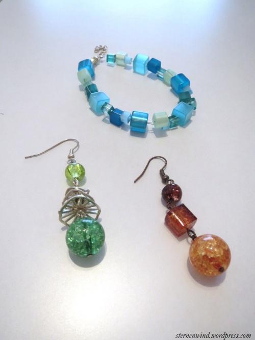 Ohrringe aus crackled Glasperlen, Armband aus Kunststoffperlen