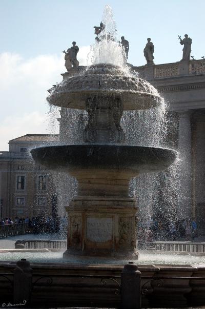 Vatikan_Petersplatz_Brunnen